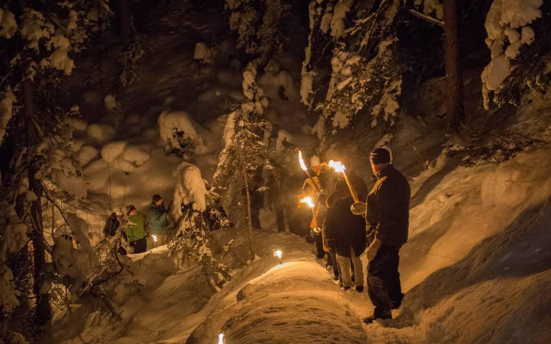Im Fackel- und Laternenschein geht es durch die tiefverschneite Winterlandschaft zu den stimmungsvoll geschmückten Kapellen