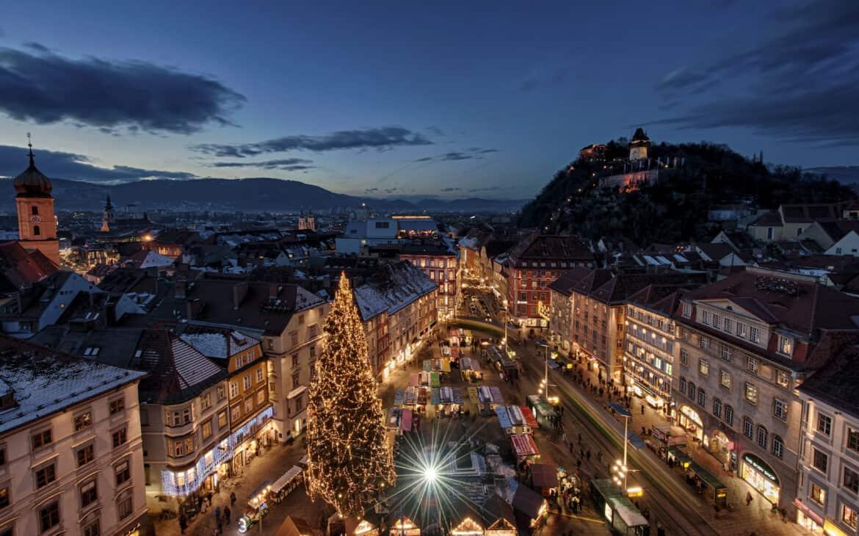 Mit weihnachtlicher Beleuchtung und dem festlich geschmückten Weihnachtsbaum beeindruckt die Genusshauptstadt Graz in den österreichischen Alpen ihre Besucher jedes Jahr aufs Neue